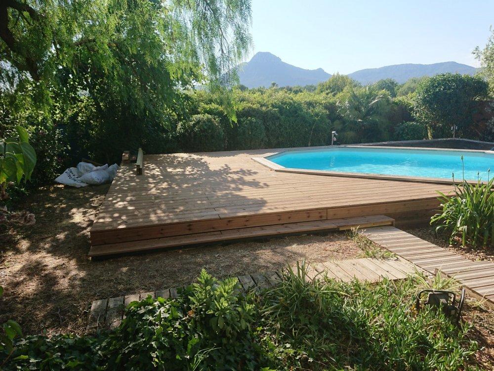Entreprise de maçonnerieà Toulon pour pose de terrasse en bois autour d'une piscine